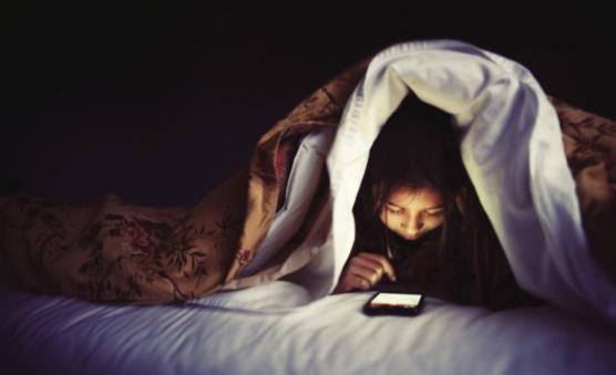 睡前长时间玩手机的6大危害 长时间玩手机要注意四点